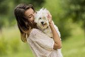 Młoda kobieta z psem — Zdjęcie stockowe