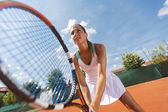 Junge frau, die tennis spielen — Stockfoto