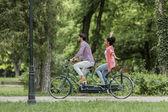 カップルの自転車に乗って — ストック写真