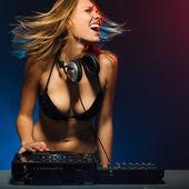 党にデッキで興奮して dj の女の子 — ストック写真