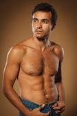 Fundersam ung muskulös man — Stockfoto