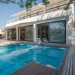 Residence with swimming pool — Foto de stock #35417943