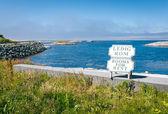 Rooms for rent sign against blue Atlantic ocean — Stock Photo