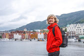 Woman tourist against cityscape of Bergen — Foto Stock