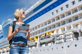 Woman with map, in front of cruise liner — Stock Photo