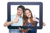 タブレットのフレームを探して幸せなカップル — ストック写真