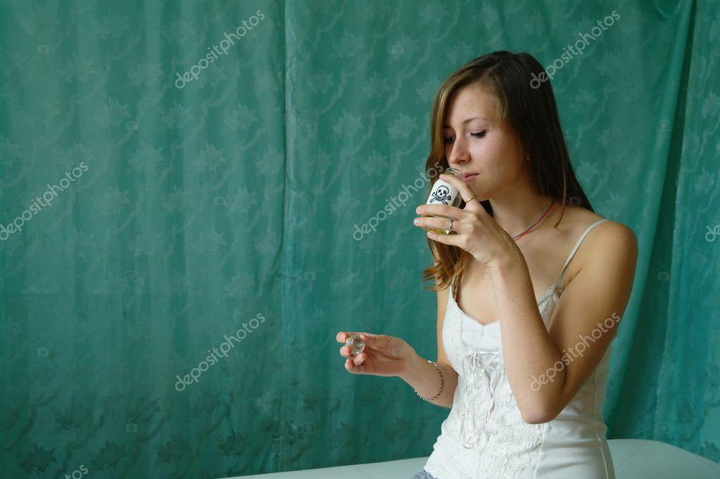 девушка выпила:
