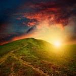 erstaunliche Berg-Sonnenuntergang mit roten Wolken — Stockfoto