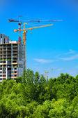 Construcción con grúas y cielo — Foto de Stock