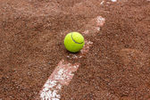 Piłki tenisowe na kort czerwony — Zdjęcie stockowe