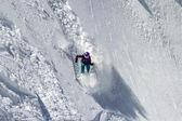 Sciatore di neve donna su un ripido pendio pericoloso — Foto Stock