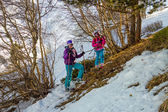 Skiers Mother and daughter resting — Stock Photo