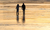 Silhouette couple on the ice pond. — Stock fotografie
