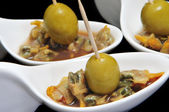 Berberechos, Spaanse kokkels, geserveerd als voorgerecht met olijven — Stockfoto