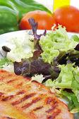 Prato combinado com frango e salada verde — Foto Stock