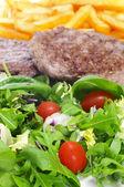 Bandeja de combinação com salada, hambúrgueres e batatas fritas — Foto Stock