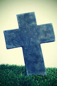 Croce di pietra di una tomba in un cimitero — Foto Stock
