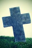 Cruz de pedra de um túmulo no cemitério — Foto Stock