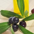 Black olives and olive oil — Stockfoto