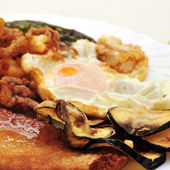Combo platter with fried eggs, breaded chicken, battered eggplan — Foto Stock