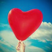 červený balónek ve tvaru srdce — Stock fotografie