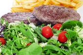 Bandeja de combinação com salada, hambúrguer e batatas fritas — Fotografia Stock