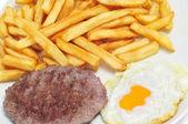 Bandeja de combinação com ovo frito, hambúrguer e batatas fritas — Foto Stock