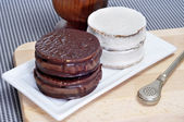 Argentinean-uruguayan alfajores and mate — Stock Photo