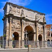 Oblouku konstantina a koloseum v římě, itálie — Stock fotografie