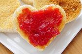 Srdce tvarovaný toasty s džemem — Stock fotografie