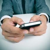 Podnikatel pomocí smartphone — Stock fotografie