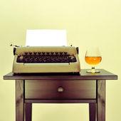 Boissons alcoolisées et la vieille machine à écrire — Photo