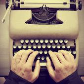 Homme tapant sur une vieille machine à écrire, avec un effet rétro — Photo