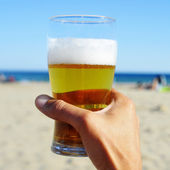 Refreshing beer on the beach — Stockfoto