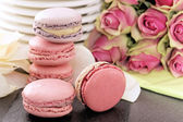 Pink macaroons and roses — Stock Photo