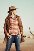 Prachtige blond veedrijfster in de woestijn — Stockfoto