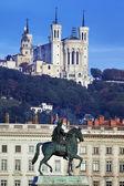 Famosa estatua y la basílica de fourvière — Foto de Stock