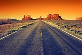 Cesta monument valley při západu slunce — Stock fotografie