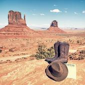 Botas y sombrero en el valle del monumento — Foto de Stock