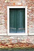 Ventanas de la vieja casa en venecia — Foto de Stock