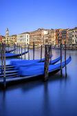 Vertikální pohled na gondole v Benátkách — Stock fotografie