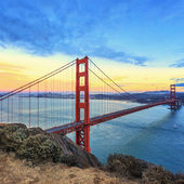 View of famous Golden Gate Bridge at sunset — Stok fotoğraf