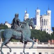 Famous statue of Louis XIV and Basilique of Notre Dame de Fourvi — Stockfoto