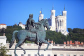 Famous statue of Louis XIV and Basilique of Notre Dame de Fourvi — Photo