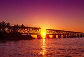 Färgstark solnedgång vid trasiga bron — Stockfoto