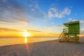 Miami South Beach sunrise and lifeguard tower — Stock Photo