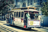 Powell Hyde cable car, an iconic tourist attraction, descends a  — Stock Photo