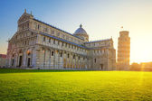 Pisa leaning tower and cathedral at sunrise — Zdjęcie stockowe