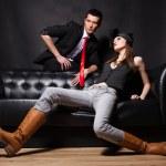 pareja de moda Guapo sentado en el sofá — Foto de Stock