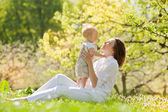Happy Mother and her child enjoy the summer — Stock Photo